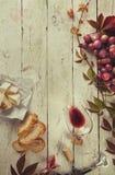 Cadre de nourriture avec du vin et le raisin photographie stock