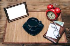 Cadre de photo avec l'espace de copie et rétro réveil de style, portefeuille avec l'argent Photographie stock libre de droits