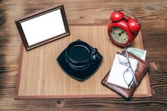 Cadre de photo avec l'espace de copie et rétro réveil de style, portefeuille avec l'argent Image libre de droits