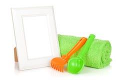 Cadre de photo avec la serviette et les jouets de bain Photos stock
