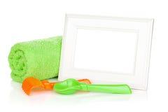 Cadre de photo avec la serviette et les jouets de bain Photos libres de droits