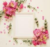Cadre de photo et bouquets blancs des fleurs roses Photos libres de droits