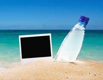 Cadre de photo et une bouteille d'eau potable  Photographie stock