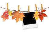 Cadre de photo sur la corde avec des pinces à linge et le vecteur de feuilles d'automne Images libres de droits