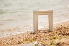 Cadre de photo sur la plage de sable Images stock