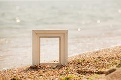 Cadre de photo sur la plage de sable Photographie stock libre de droits
