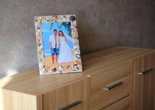 Cadre de photo sur le coffre des tiroirs Photos stock