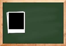 Cadre de photo sur le fond en bois noir de tableau noir pour le conce d'école Photo stock