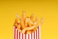 Cadre de pommes frites avec le fond jaune Photo libre de droits