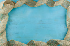 Cadre de ruban de jute sur le fond en bois bleu Photo libre de droits