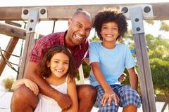 Cadre de s'élever de terrain de jeu de With Children On de père photo libre de droits