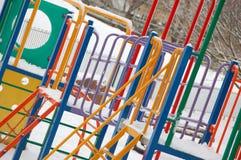 Cadre de s'élever des enfants en hiver Images libres de droits