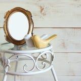 Cadre de style de vintage et couples vides antiques des oiseaux en bois de décor sur la table de vintage le calibre, préparent po Images stock
