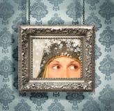 Cadre de tableau argenté contre le papier peint floral images stock