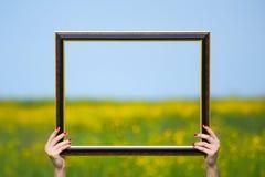 Cadre de tableau avec le champ jaune à l'arrière-plan. Photo libre de droits