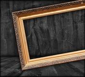 Cadre de tableau blanc dans la chambre foncée photo libre de droits