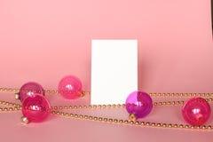 Cadre de tableau d'or avec des ornements de Noël Maquette sur le fond rose Décoration de mode Image stock