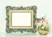 Cadre de tableau d'or baroque et fleurs roses Tonne de style de vintage Images libres de droits