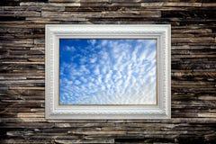 Cadre de tableau de ciel bleu sur le mur de granit Photographie stock libre de droits