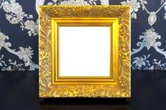 Cadre de tableau de cru d'or sur le vieux fond en bois Images stock