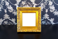 Cadre de tableau de cru d'or sur le vieux fond en bois Photos stock