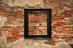 Cadre de tableau en bois sur le vieux fond de mur Photo libre de droits