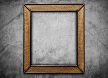 Cadre de tableau en osier de rotin, sur le fond de mur en béton Photographie stock
