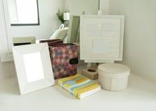 Cadre de tableau et livre sur une table Image stock