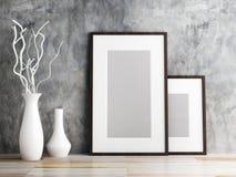 Cadre de tableau et vase sur le plancher en bois Photographie stock libre de droits
