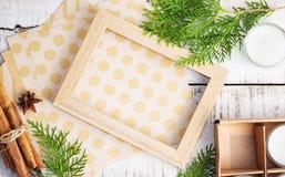 Cadre de tableau, papier de métier et brunchs d'arbre de Noël sur le blanc photographie stock