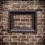 Cadre de tableau sur le mur de briques grunge Images stock
