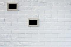 Cadre de tableau vide au mur de briques blanc Photographie stock libre de droits