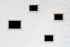 Cadre de tableau vide au mur de briques blanc Image stock