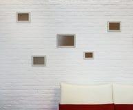 Cadre de tableau vide au mur de briques blanc Image libre de droits