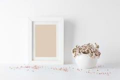 Cadre de tableau vide, décoré de petites fleurs roses Images libres de droits