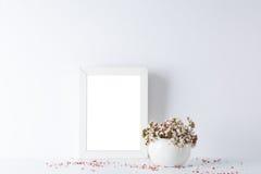 Cadre de tableau vide, décoré de petites fleurs roses Photographie stock