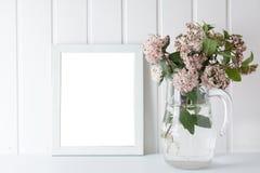 Cadre de tableau vide, décoré de petites fleurs roses Photographie stock libre de droits