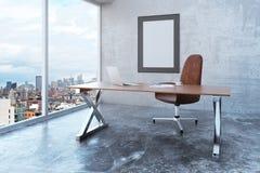 Cadre de tableau vide dans le bureau de grenier avec la vue de ville, furnit moderne Photographie stock libre de droits