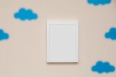 Cadre de tableau vide sur un mur de chambre à coucher pour ajouter votre propre photographie Photographie stock