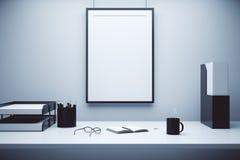 Cadre de tableau vide sur un mur et une table avec des verres, journal intime et Images libres de droits