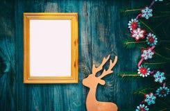 Cadre de tableau vide sur une surface en bois grise avec le deco de Noël Photos stock