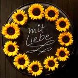Cadre de tournesol avec le texte de MIT Liebe Image stock