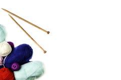 Cadre de tricotage de fond Paires d'aiguilles de tricotage en bois et de fil coloré sur le fond blanc Photographie stock libre de droits