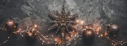Cadre de vacances des décorations de Noël sur le fond concret de stuc foncé bleu avec la branche de sapin, boules d'or, étoiles photos stock