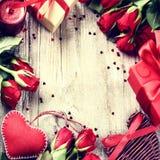 Cadre de valentines de St avec le bouquet des roses rouges, coeurs décoratifs Photo libre de droits
