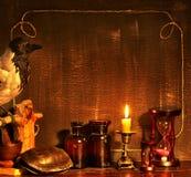 Cadre de Veille de la toussaint avec le corbeau. Images libres de droits