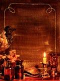 Cadre de Veille de la toussaint avec le corbeau Photos stock