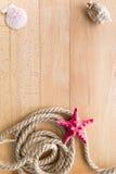 Cadre de voyage en mer au-dessus des conseils en bois avec l'espace de copie Photos stock