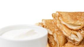 Cadre des crêpes avec de la crème de cour Photo stock