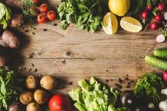 Cadre des légumes organiques frais sur le bois photo libre de droits